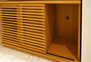 格子状の扉が両端についており、それぞれが内側に開く